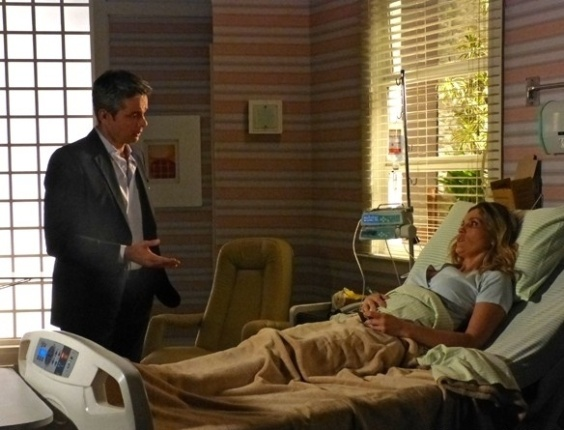 """15.mai.2013 - Em """"Salve Jorge"""", Haroldo pede perdão a Érica após atropelamento"""