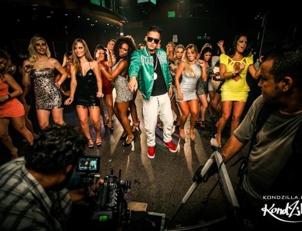 15.mai.2013 - MC Galo dança com as mulheres durante gravação do clipe