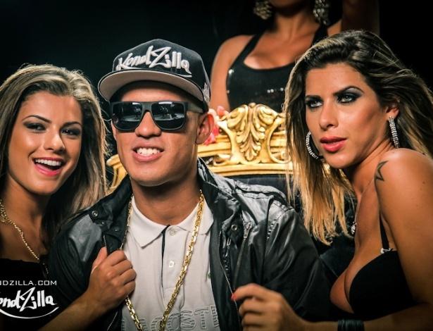 15.mai.2013 -  MC Galo posa para foto durante gravação do clipe