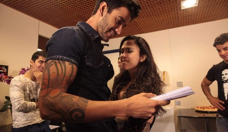 """15.mai.2013 - O sertanejo Gusttavo Lima grava cenas de """"Amor à Vida"""" ao lado da periguete Valdirene, vivida por Tatá Werneck"""