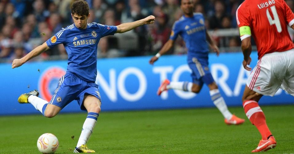 15.mai.2013 - Observado pelo zagueiro Luisão (dir), do Benfica, meia Oscar, do Chelsea, tenta finalização durante a final da Liga Europa