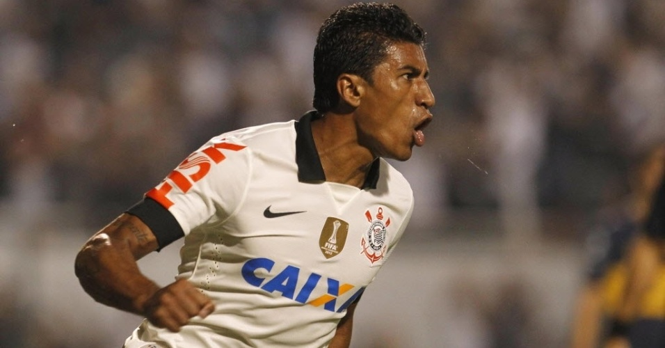 15.mai.2013 - Paulinho comemora após empatar a partida para o Corinthians contra o Boca Juniors, pela Libertadores da América
