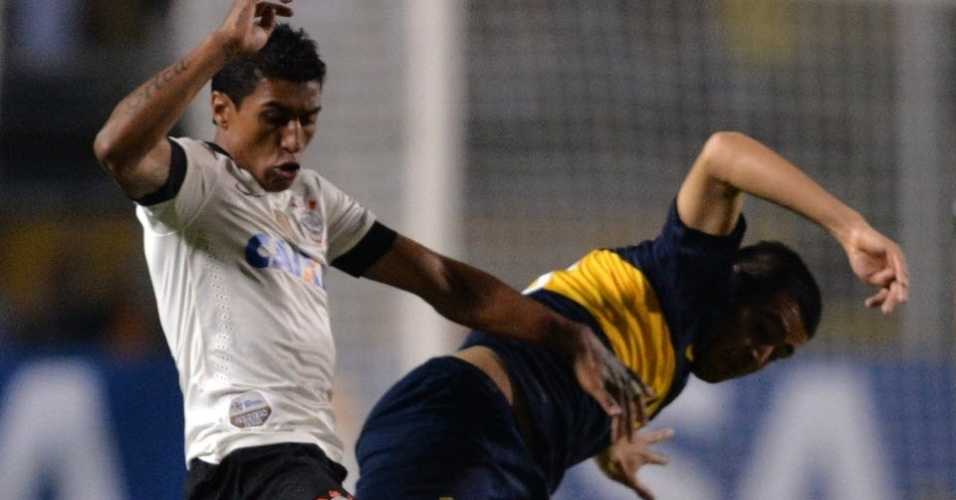 15.mai.2013 - Paulinho e Riquelme disputam a bola na partida entre Corinthians e Boca Juniors pela Libertadores da América