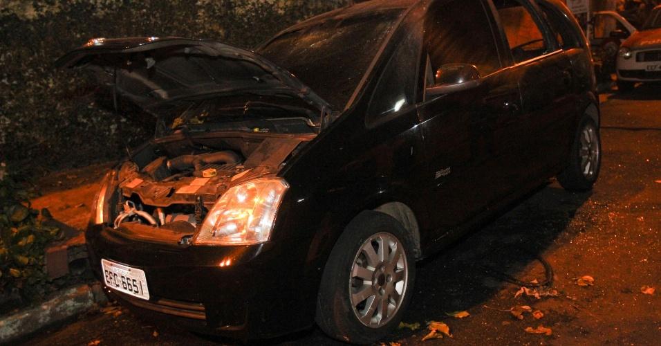 15.mai.2013 - Policiais militares encontraram um corpo carbonizado em um veículo incendiado na rua Francisco Varnhagen, no Parque São Lucas, na zona leste de São Paulo, na noite de terça-feira (14). O veículo é roubado e foi clonado. O DHPP (Departamento Estadual de Homicídios e Proteção à Pessoa) foi acionado