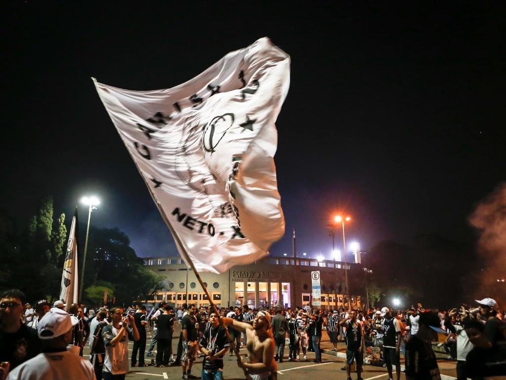 15.mai.2013 - Torcedor do Corinthians exibe bandeira da equipe em frente ao estádio do Pacaembu, momentos antes da partida contra o Boca