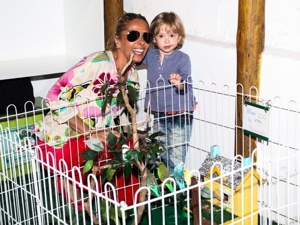 15.mai.2013- Adriana Galisteu se diverte com o filho Vitório no aniversário de três anos de Victória, filha da apresentadora Mariana Kupfer