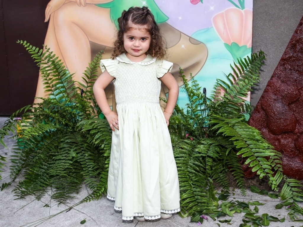 15.mai.2013- Victória, filha da apresentadora Mariana Kupfer, estava de vestido longo na festa dos seus três anos