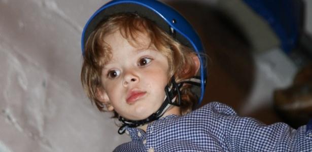 15.mai.2013 - Vitório não perdeu tempo e aproveitou todos os brinquedos na festa dos três anos de Victória, filha da apresentadora Mariana Kupfer