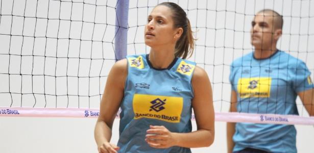 Dani Lins, levantadora da seleção brasileira, volta aos poucos aos treinos após colocar silicone