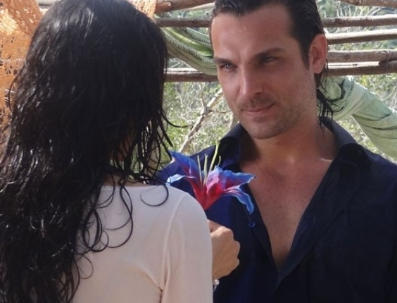 """Em """"Flor do Caribe, Alberto tenta convencer Cristal a conquistar Cassiano"""