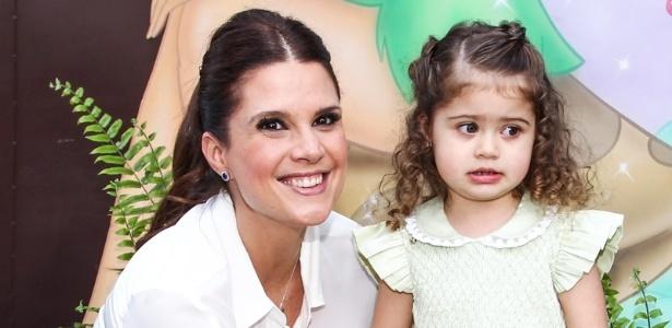 15.mai.2013- Mariana Kupfer e Victoria receberam os convidados na porta da festa, que aconteceu em São Paulo