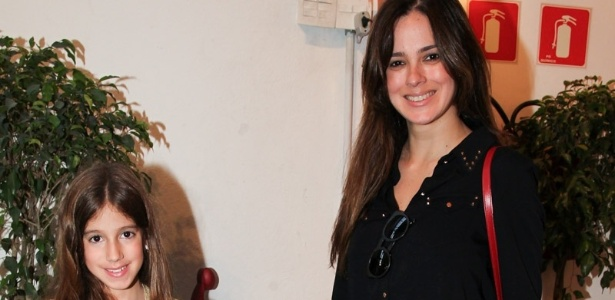 15.mai.2013 -Vera Viel levou as filhas Maria e Clara à festa dos três anos de Victória, filha da apresentadora Marian Kupfer