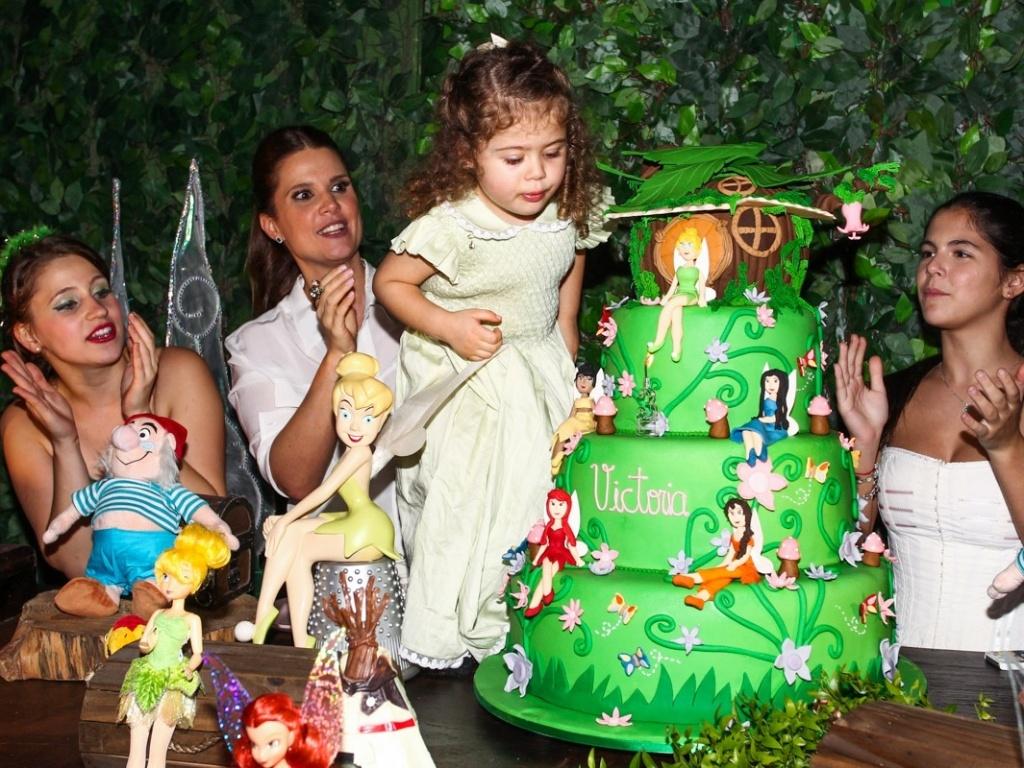 15.mai.2013- Victória ficou encantada com a decoração e o bolo da festa do seu aniversário de três anos