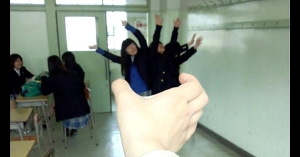 Os japoneses resolveram imitar o anime (desenho animado japonês) 'Attack on Titan', em que um monstro gigante destrói tudo e come humanos. Para recriar as cenas, os jovens usaram truques de fotografia. Os resultados dessa brincadeira se espalharam pela web e timelines do Twitter. Veja fotos
