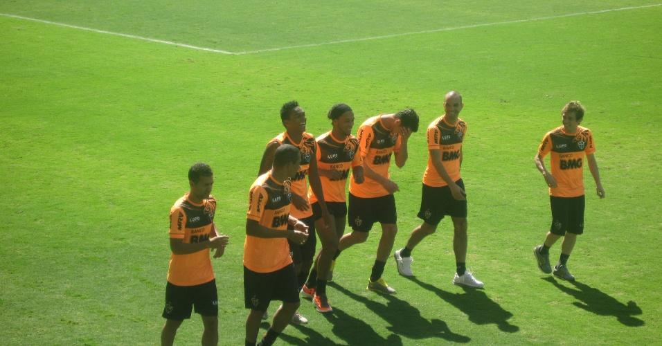 Ronaldinho Gaúcho se mostra descontraído ao lado de companheiros de Atlético-MG (15/5/2013)