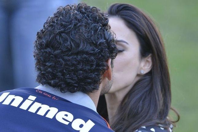 Tatá Werneck dá selinho no atacante Fred do Fluminense. A atriz gravou cenas para o quadro