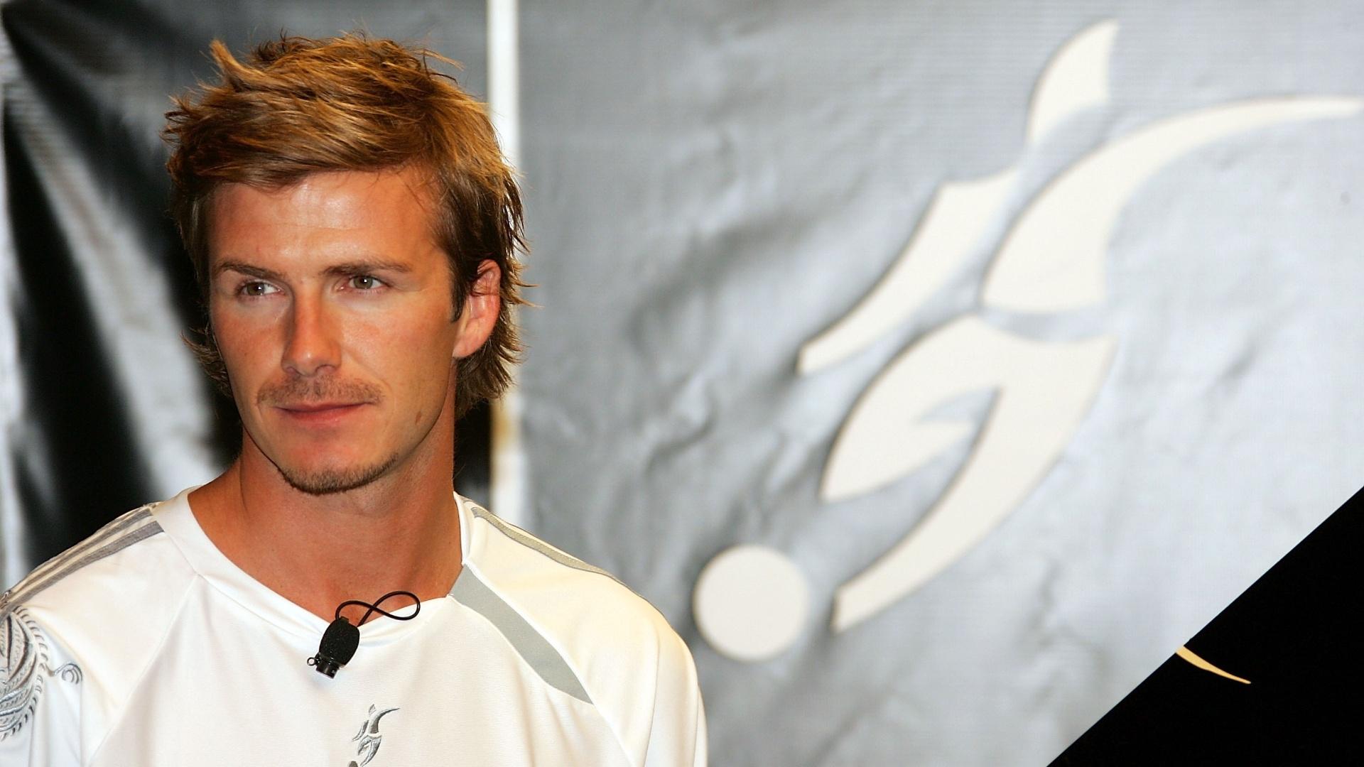 01.jun.2005 - David Beckham com o cabelo lambido para o lado, em 2005, durante lançamento de sua nova chuteira
