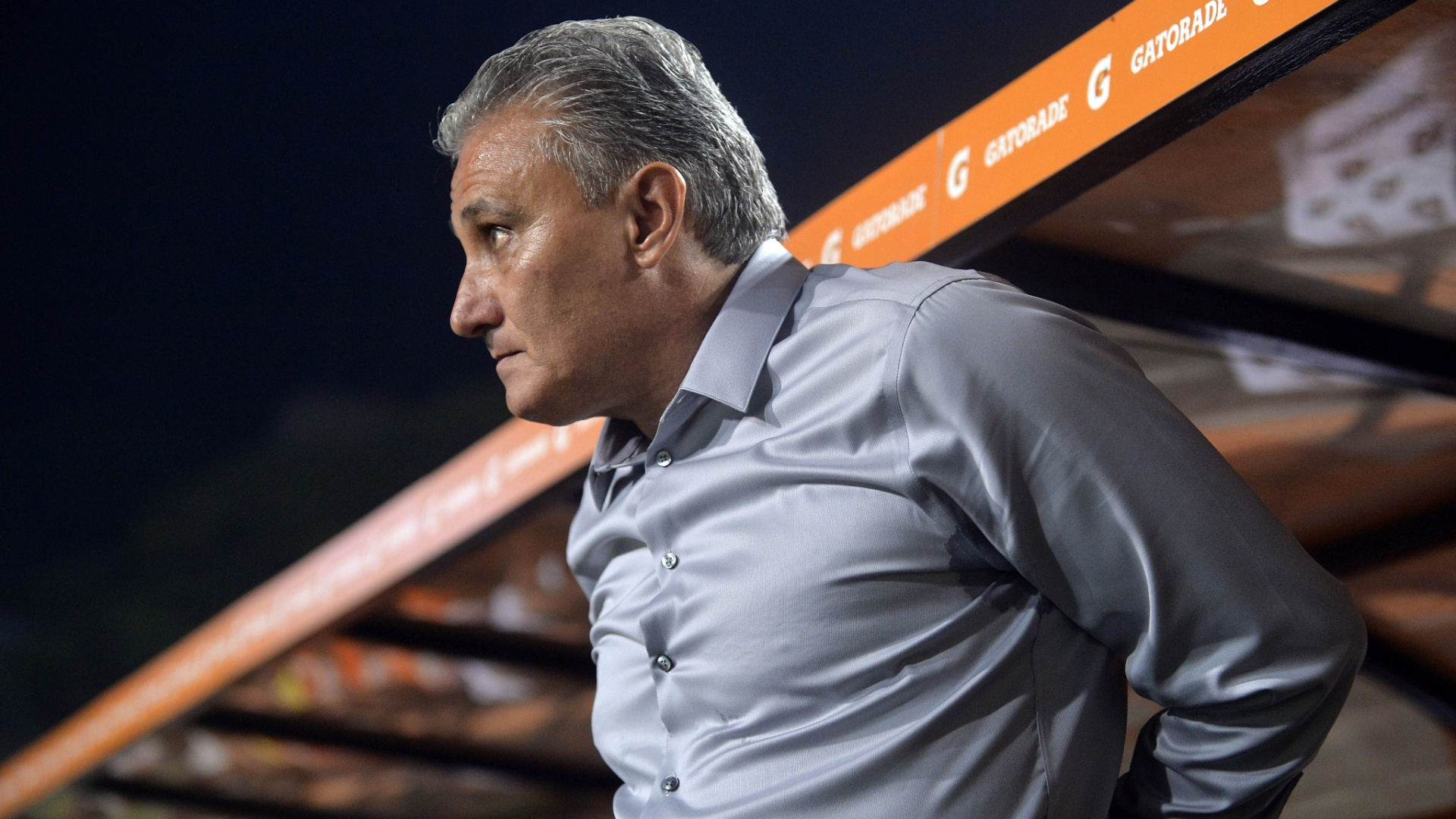 15.05.2013 - Tite, tcnico do Corinthians, se ajeita antes do incio da partida contra o Boca Juniors, pelas oitavas da Copa Libertadores