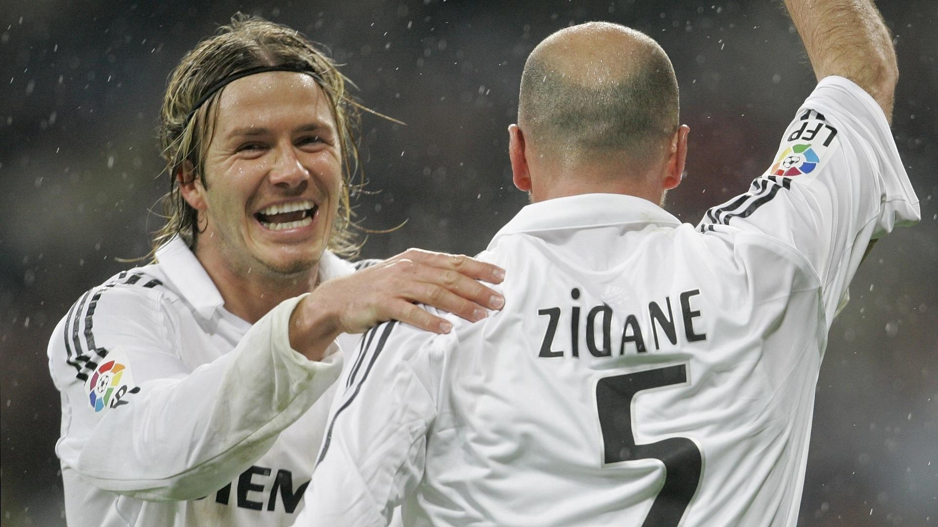 15.jan.2006 - Ao lado de Zidane, David Beckham desfila seu penteado com faixa, em 2006