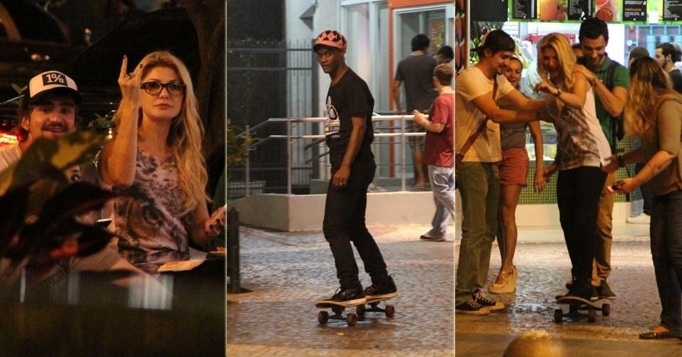15.mai.2013 - Antônia Fontenelli vai com amigos a lanchonete do Leblon e encontra o cantor Toni Garrido. Os dois também arriscaram andar de skate na noite carioca