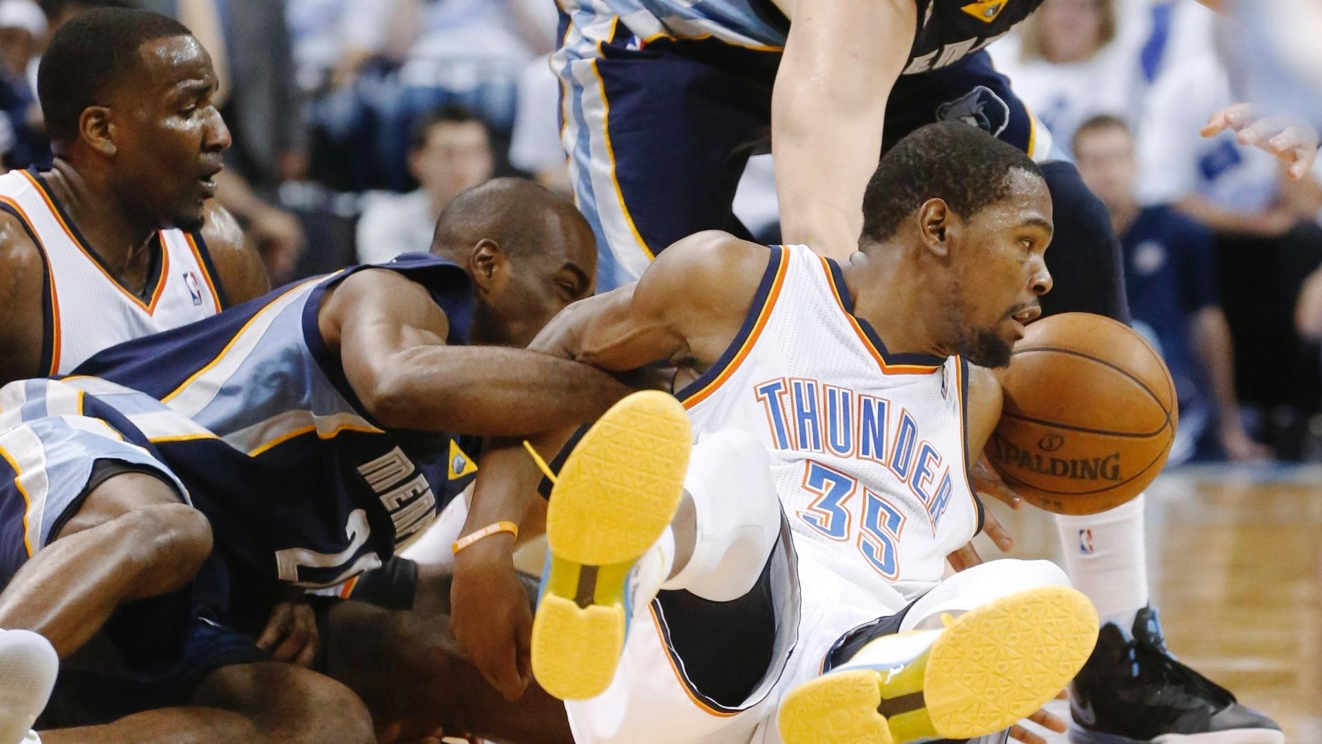 15.mai.2013 - Kevin Durant briga pela bola com Quincy Pondexter e Marc Gasol no jogo entre Oklahoma City Thunder e Memphis Grizzlies