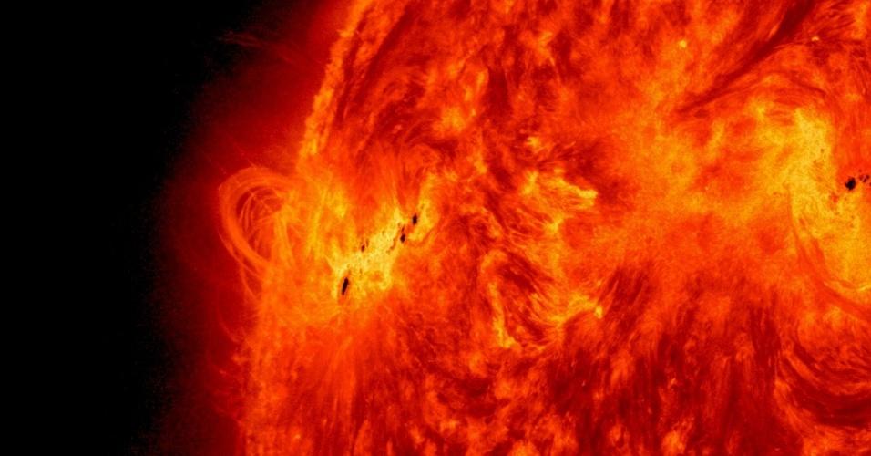 16.mai.2013 - A última explosão 'X' do Sol foi registrada na madrugada da última quinta-feira (15) e classificada como X1.2 - o número indica a intensidade da erupção. Segundo a Nasa (Agência Espacial Norte-Americana), o fenômeno também foi associado com a ejeção de massa coronal que podem afetar a passagem de satélites que orbitam a Terra para vigiar as tempestades solares e a passagem dos cometas