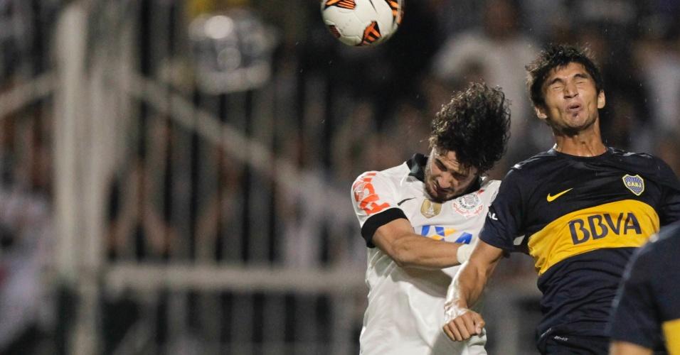 16.mai.2013 - Alexandre Pato sobe de cabeça em disputa de bola durante a partida do Corinthians contra o Boca Juniors, pela Libertadores
