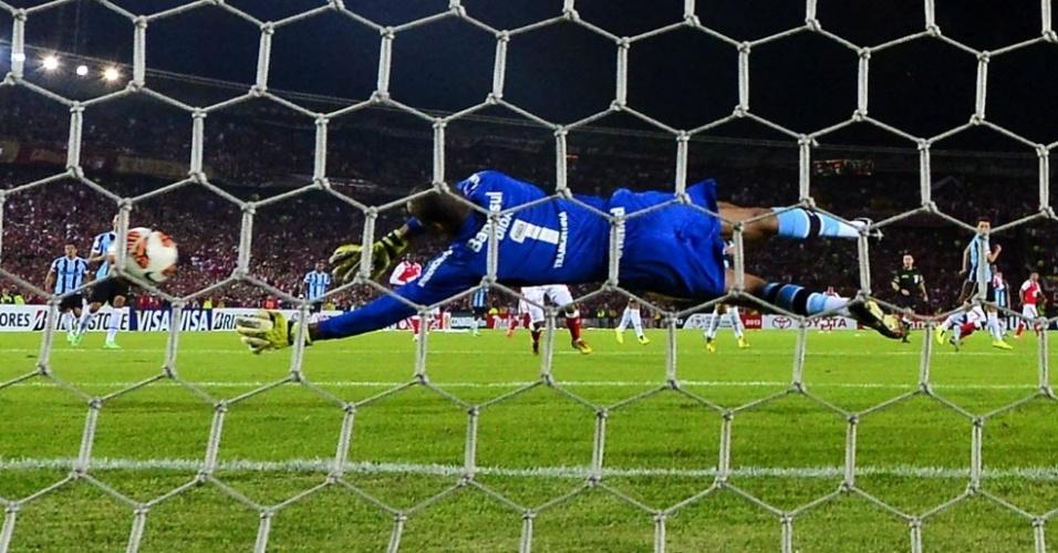 16.mai.2013 - Dida evita gol do Independiente Santa Fé na partida do Grêmio pela Libertadores