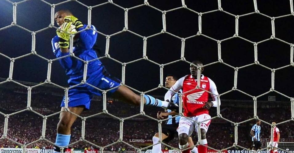 16.mai.2013 - Dida faz defesa na partida entre Independiente Santa Fé e Grêmio pela Libertadores