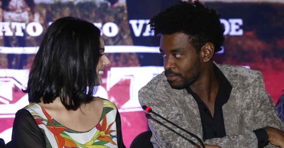 16.mai.2013 - Ísis Valverde e Fabrício Boliveira se olham durante entrevista coletiva do filme