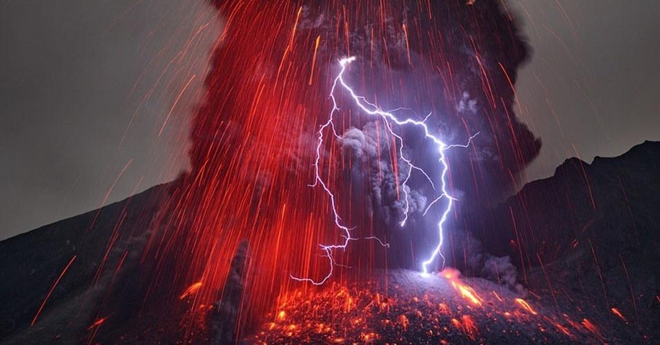 """16.mai.2013 - Martin Rietze """"caçou"""" apenas vulcões na Itália e no Japão no começo deste ano, mas foi o suficiente para ter passado por uma """"experiência impressionante"""", como descreve no seu site, batizado de ALPE (Paisagens Alienígenas da Terra, na sigla em inglês). Ele fez imagens das chamadas """"luzes vulcânicas"""", que marca a aparição de relâmpagos sobre os vulcões ativos. Os cientistas ainda não sabem explicar totalmente esse fenômeno, mas alguns afirmam que os raios ocorrem durante a atividade vulcânica por causa da carga elétrica induzida pelos choques de poeira vulcânica. As """"luzes vulcânicas"""" do Sakurajima, diz ele, surgiram com uma erupção violenta após muitas horas de silêncio em fevereiro de 2013"""