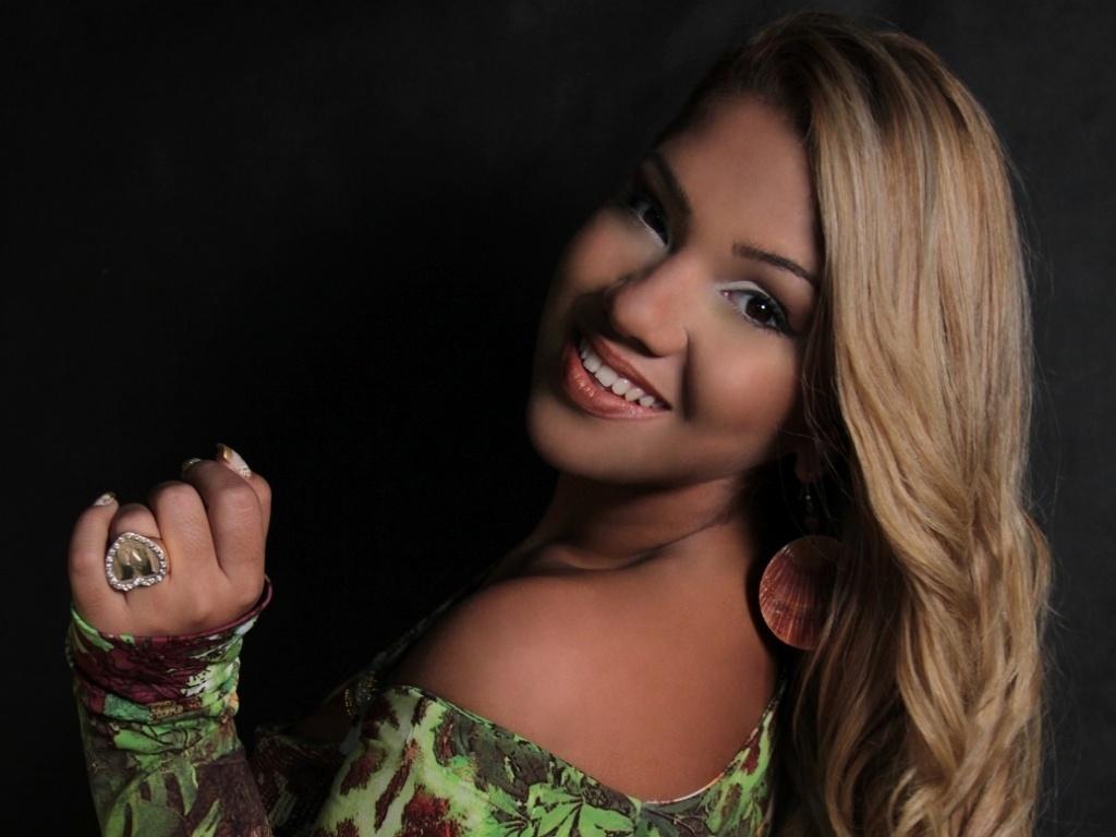 16.mai.2013 - Mulher Filé quer dar novo rumo a carreia com figurino totalmente diferente: mais chique e menos sexy