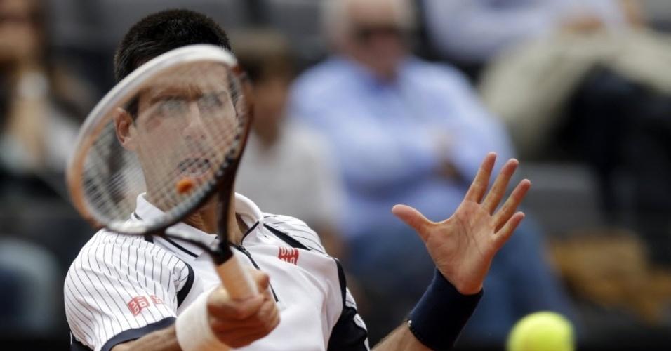 16.mai.2013 - Novak Djokovic tem o rosto coberto pela raquete enquanto dá golpe na partida contra Alexandr Dolgopolov