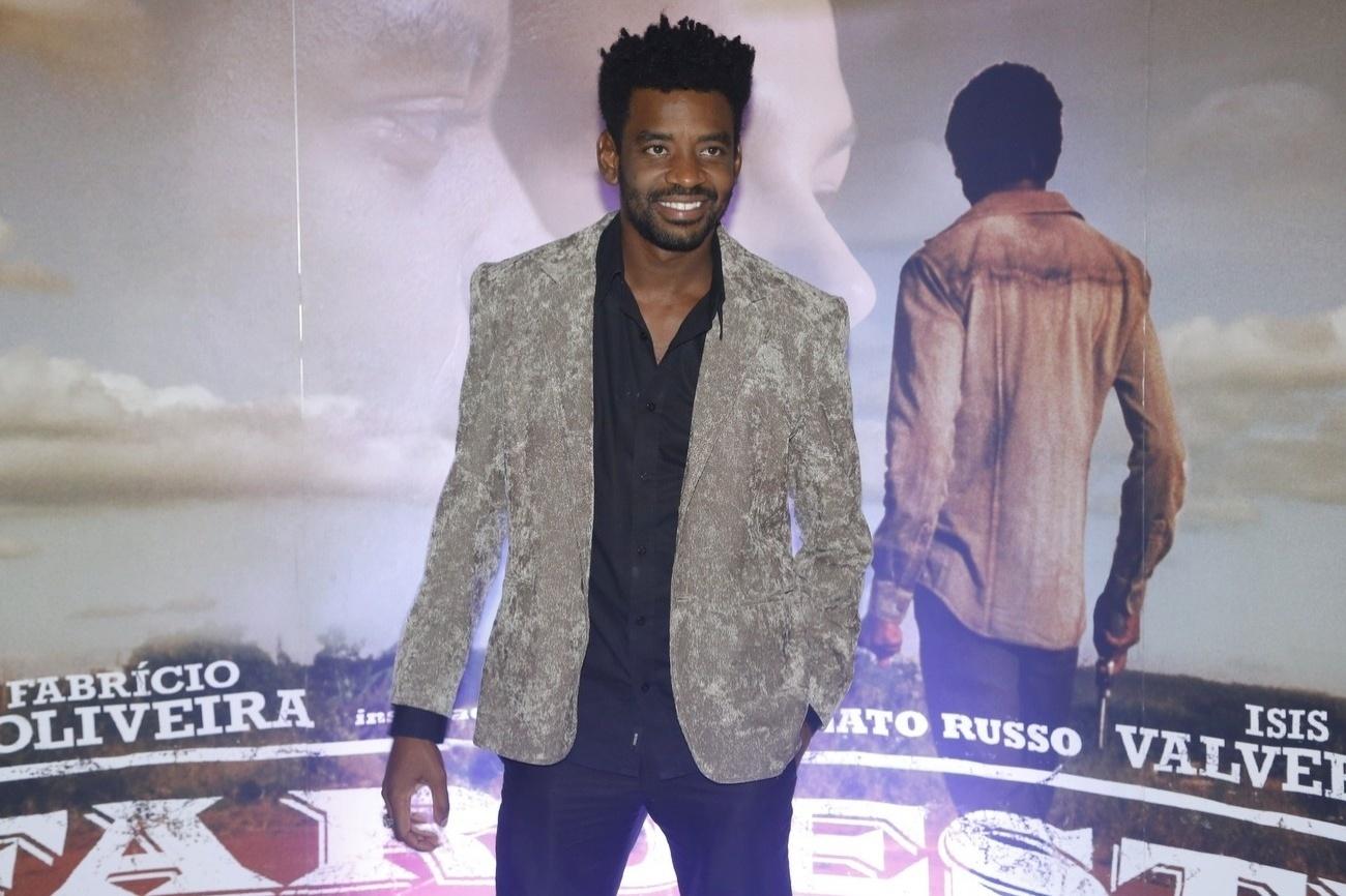 16.mai.2013 - O ator Fabrício Boliveira, que interpreta o protagonista João de Santo Cristo, em