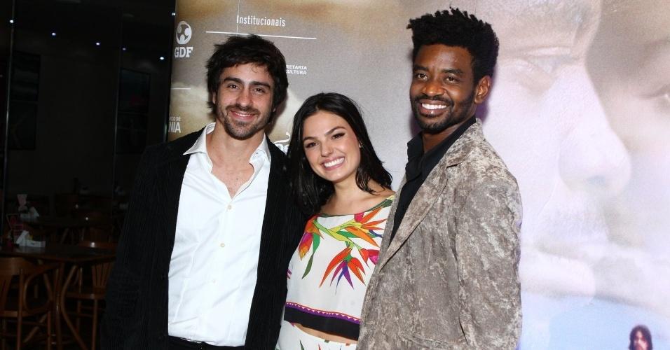 16.mai.2013 - O trio Felipe Abib, Ísis Valverde e Fabrício Boliveira posam para foto durante pré-estreia de