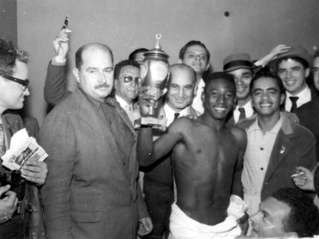 1958 - Pel mostra o trofu que ganhou da seleo da Unio Sovitica na Copa do Mundo de 1958