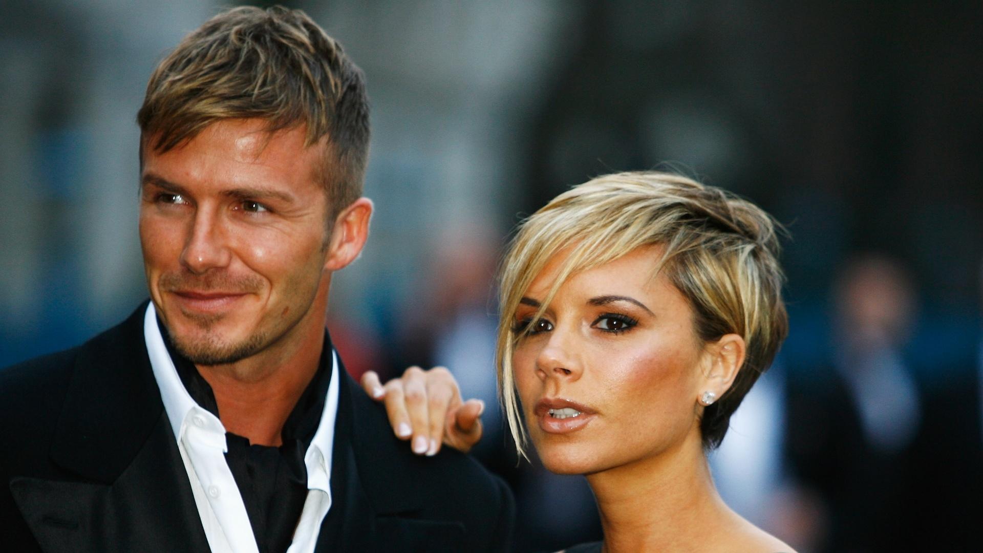 29.mar.2007 - Com cabelo esquisito, David Beckham e sua mulher, Victoria, chegam juntos a festa