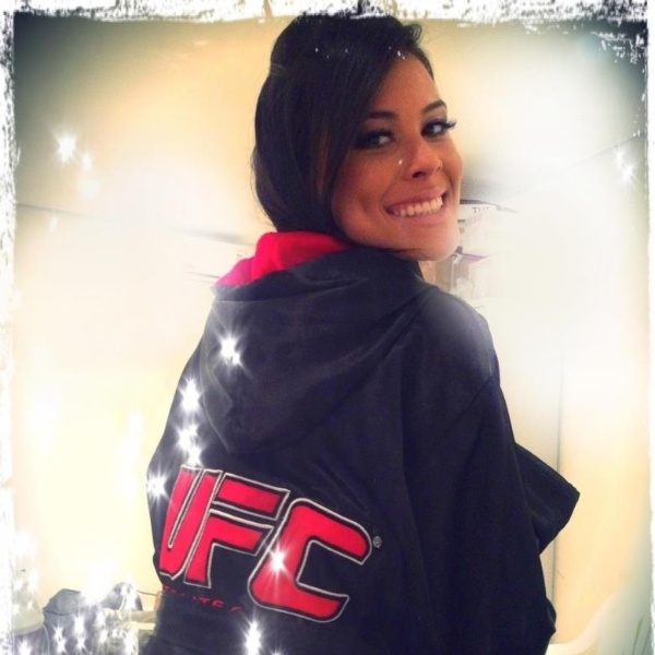 Camila Oliveira e seu uniforme do UFC