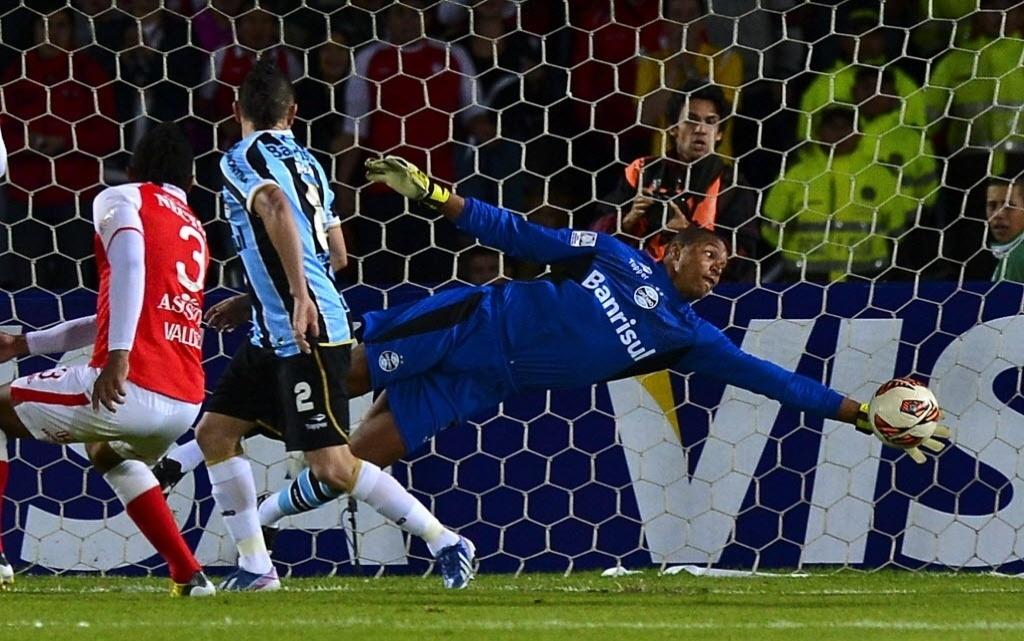 16.mai.2013 - Dida se estica para fazer uma defesa para o Grêmio e evitar o gol do Santa Fé pela Libertadores