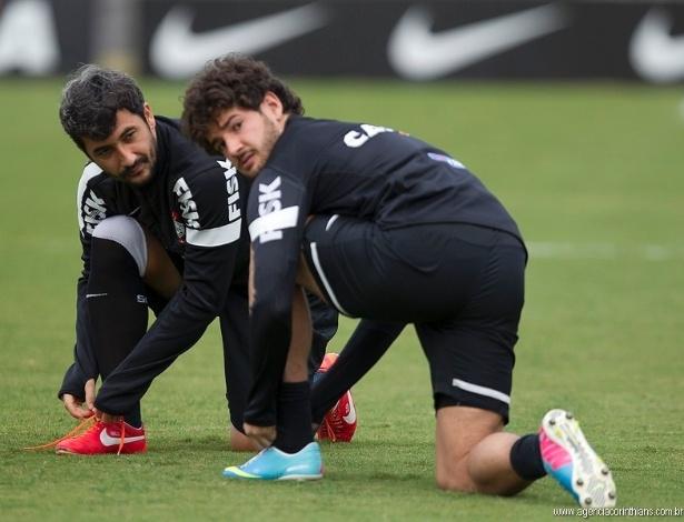 17.05.2013 - Alexandre Pato e Douglas, jogadores do Corinthians, conversam durante um treino no CT Joaquim Grava