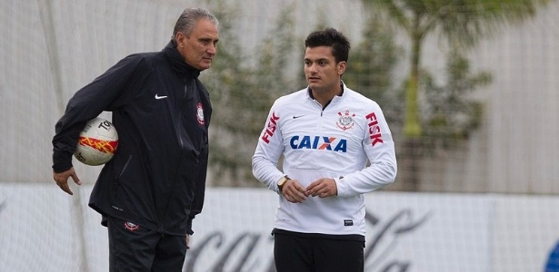 17.05.2013 - Tite, tcnico do Corinthians, observa o treinamento de seus comandados no CT Joaquim Grava