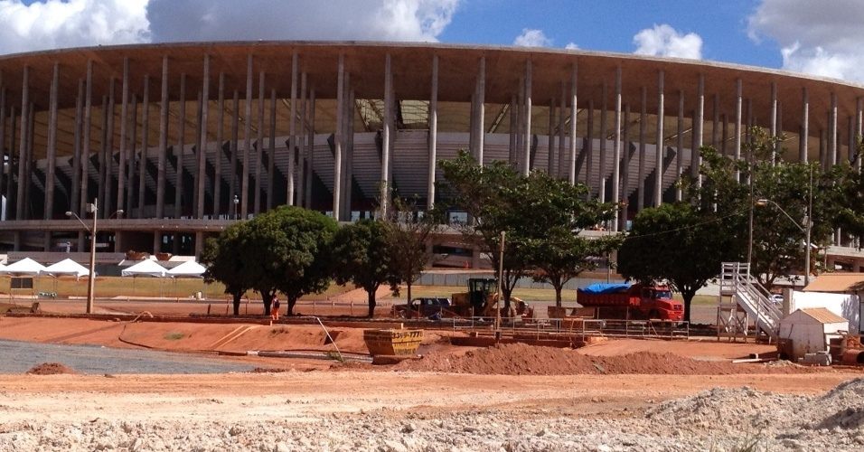 17/5/2013: Área externa e entorno do Mané Garrincha segue em obras
