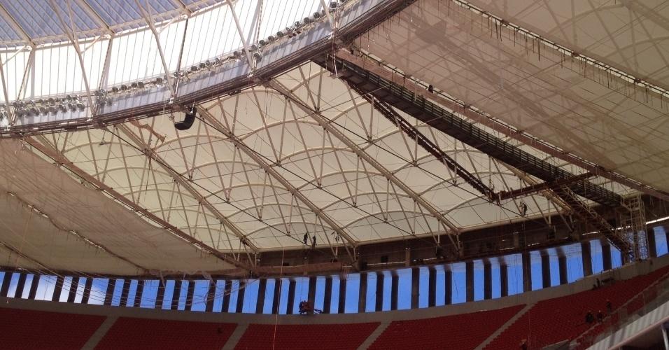 17/5/2013: Parte do revestimento da cobertura do estádio ainda não tinha sido instalada