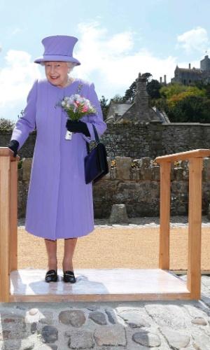 17.mai.2013 - A rainha Elizabeth 2ª deixa marca de seus pés em calçada durante visita ao Monte St. Michael, na costa da Cornualha, na Inglaterra