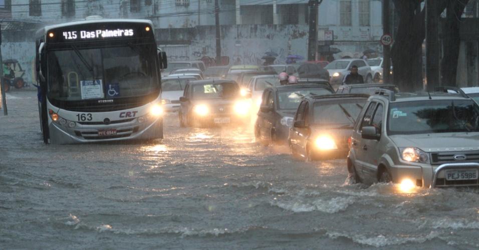 17.mai.2013 - Carros enfrentam alagamento na rua Benfica, no bairro de Madalena, em Recife (PE), na manhã desta sexta-feira (17). A capital pernambucana teve ruas e uma estação do metrô alagadas por conta do mau tempo