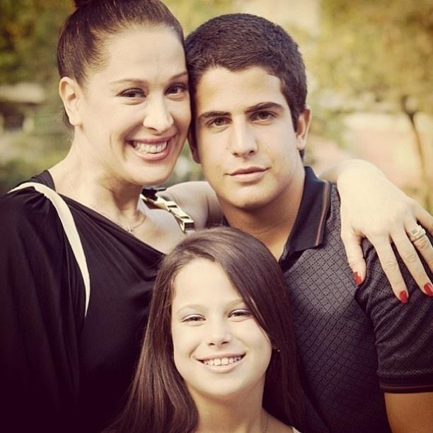 17.mai.2013 - Claudia Raia posa ao lado dos filhos