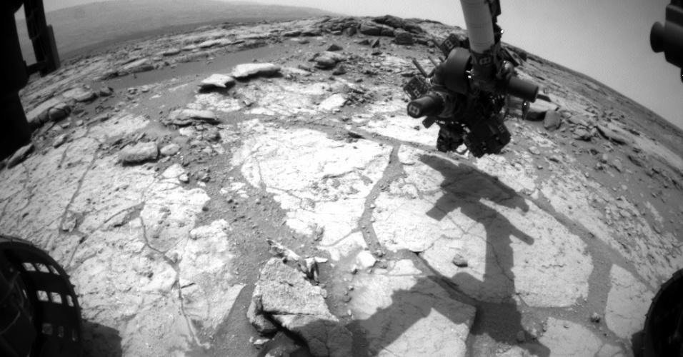 17.mai.2013 - Curiosity está pronto para fazer a segunda série de perfurações na superfície de Marte, anunciou a Nasa (Agência Espacial Norte-Americana) nesta sexta-feira (17). A intenção é coletar mais provas que confirmem os resultados da primeira perfuração, que indicou um ambiente favorável ao desenvolvimento de vida microbiana. O jipe-robô posicionou a broca presa ao seu braço robótico sobre a área rochosa batizada de Cumberland no 275º dia da missão, que corresponde ao dia 15 de maio. Segundo a Nasa, Curiosity já percorreu 727 metros em Marte desde a sua chegada em agosto passado