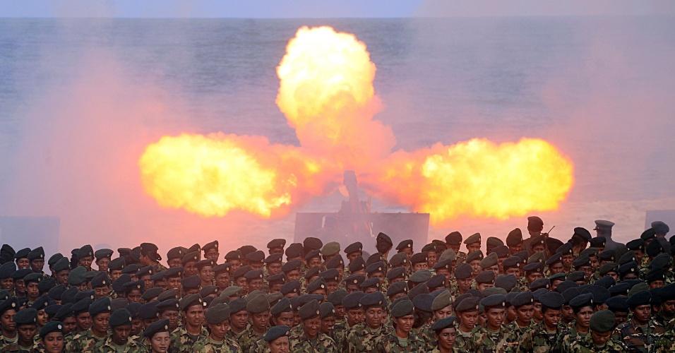 """17.mai.2013 - Exército faz salva de tiros em Colombo, Sri Lanka, durante as comemorações do """"Dia da Vitória"""". Este é o quarto aniversário da derrota dos rebeldes Tigres Tamil, que cessou conflito separatista de 37 anos"""