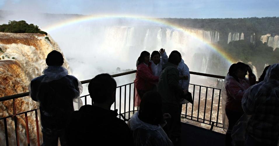 17.mai.2013 - Mesmo com chuva, turistas visitam as Cataratas do Iguaçu, em Foz do Iguaçu, Paraná. Os constantes temporais na região aumentaram em quatro vezes a vazão das quedas que normalmente é de 1000 milhão de litros por segundo, mas que chegou a 4170 milhões de litros por segundo