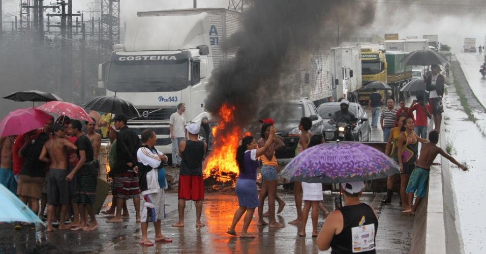17.mai.2013 - Moradores da comunidade Sapo Nú fecham a rodovia BR-232, em Recife(PE), após duas crianças serem arrastadas pela força da água que invadiu os barracos durante a forte chuva que atingiu a capital pernambucana